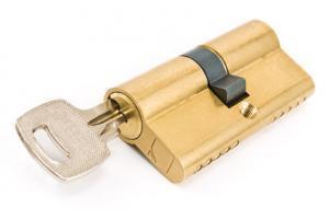 Schlüssel im goldenen Schließzylinder