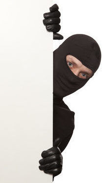 Einbrecher hinter weißer Wand